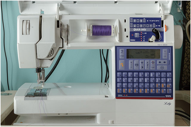 Quilting Sewing Machine With The Ability To Drop The Feed Dogs